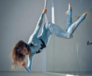 Йога в гамаке, воздушный гамак, цирковая петля